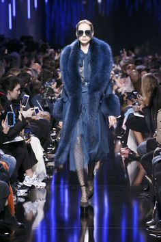 Elie Saab presented Autumn Winter collection during the fifth day of the ongoing Paris Fashion Week. Fur Fashion, Couture Fashion, High Fashion, Fashion Show, Autumn Fashion, Fashion Design, Long Fur Coat, Elie Saab Fall, Ellie Saab