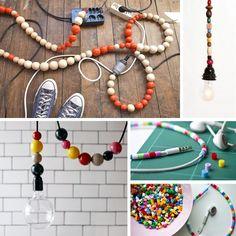 Bolas de colores para disimular los cables. Es una solución barata para hacer que tus cables pasen de estorbar a ser muy decorativos.