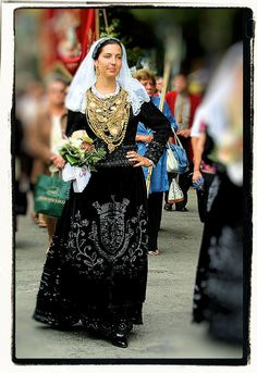 In August every year, the town of Viana do Castelo, Portugal celebrates the Festival of Nossa Senhora d'Agonia. Costumes Around The World, Portuguese Culture, Ethnic Dress, Azores, Spain And Portugal, Folk Costume, Muslim Women, People Around The World, Looking Gorgeous