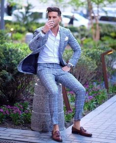Gray window pane suit with brown tassel loafers with a white shirt and white pocket square Mens Fashion Blog, Mens Fashion Suits, Terno Slim Fit, Moda Formal, Mode Costume, Best Street Style, Moda Blog, Designer Suits For Men, Men's Suits