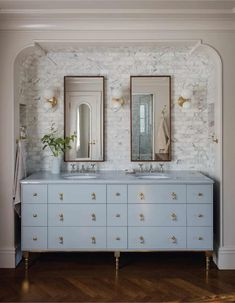 A 1920s house in Portland boasts a stylish and timeless transformation White Subway Tile Bathroom, Marble Subway Tiles, 1920s House, Interiores Design, Cheap Home Decor, Nooks, Home Decor Accessories, Home Remodeling, Ranch