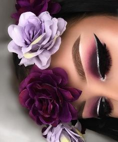 Perfection Wake Up and Make Up, Unique Makeup, Creative Makeup, Mascara, Gold Eye Makeup, Instagram Baddie, Gold Eyes, Makeup Application, Beauty Make Up, Flower Crown