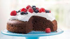 Schokoladenkuchen mit Beeren   Ein Backrezept für einen Schokoladenkuchen mit Beeren - schnell auf dem Tisch und einfach köstlich.