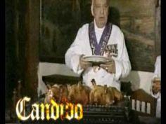 Mesón Cándido, Segovia:   El cochinillo es el rey de la gastronomía segoviana. Se sirve tan tierno que puede cortarse con el canto de un plato. La ciudad le dedicó una estatua y una fuente.