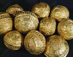 Pre and early history / Jewellery. Golden hairpin heads. Diameter: 2.5cm. Hallstatt Period, c. 500 BC. Garve find from Urtenen (Canton Bern).