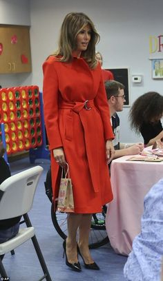 Red is the color of love! First Lady Melania Trump spent Valentine's Day visiting sick children . Milania Trump Style, Melania Knauss Trump, Malania Trump, First Lady Melania Trump, Trump Melania, Classic Wardrobe, Mode Vintage, Pink Fashion, Classy Outfits
