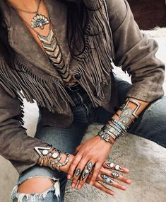 Here is another tremendous boho set@ it is sweet and petite with a sprinkle of bohemian flare. Boho Gypsy, Bohemian Mode, Hippie Boho, Bohemian Style, Boho Chic, Bohemian Rings, Hippie Masa, Modern Hippie, Gypsy Style