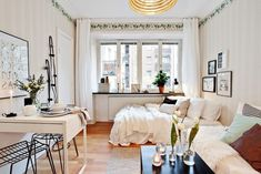 Agencement studio : le style mini Dans cet appartement de 20m² seulement, on a pas hésité à faire un joli aménagement loin de « je pose mes quatre cartons et ça ira bien comme ça ». Au contraire! Il y a peu de place mais beaucoup de style dans cette petite surface urbaine traitée avec le même soin qu'un espace plus vaste. La règle de base? Privilégier le blanc afin de faire disparaitre les meubles les plus imposants comme le canapé et le lit sur le blanc des murs.