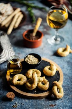 Les taralli sont des petits biscuits secs salés italiens au bon goût de fenouil. Si vous n'aimez pas le fenouil, libre à vous de vous approprier la recette en la parfumant avec des herbes sèches. Brunch, Cookies, Desserts, Gentleness, Sugar, Food, Recipes, Kitchens, Biscuits