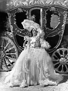Dolores Del Rio in Madame Du Barry reminded me a little of the kind of dress Marie Antoinette would have worn. Madame Du Barry, Marie Antoinette, Saint Michael, Orry Kelly, Tableaux Vivants, Vintage Outfits, Vintage Fashion, Rococo Fashion, Style Fashion