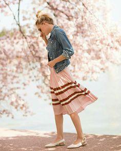 Saia plissada com listras e jaqueta jeans #jaqueta #jaquetajeans #saia #saiamidi #saiaplissada #moda #estilo #tendência #fashion #fashionblog #modamujer #modafeminina #streetstyle #streetfashion #streetwear #modaderua #estiloderua #outfitt #ootd #outfitoftheday #outfitideas #outfits #looks #lookoftheday #lookdodia #look #GostoDisto