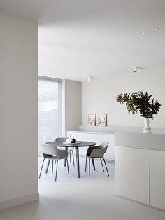 JCR Residences is a minimalist home located in Melbourne, Australia, designed by Davidov Partners Architects Minimalist Interior, Minimalist Home, Style At Home, Style Loft, Interior Minimalista, Interior Decorating, Interior Design, Interior Photography, Modern Kitchen Design