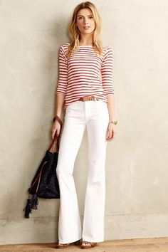 5 Summer 2015 Trends That You Will Still Be Wearing This Fall. Flare jeans are making a huge comeback! Flare Jeans Outfit, White Jeans Outfit, Looks Casual Chic, Looks Chic, Smart Casual, Petite Flare Jeans, Petite Pants, Jean Outfits, Casual Outfits