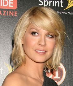 Jenna Elfman Medium Wavy Cut with Bangs - Jenna's pregnancy style is fresh. She is wearing a beach wavy style with bangs. This is a good length that elongates her neck and keeps her looking trim and sexy during her pregnancy. Growing Out Short Hair Styles, Medium Hair Styles, Different Hairstyles, Cool Hairstyles, Gorgeous Hairstyles, Jenna Elfman Hair, New Hair Do, Pinterest Hair, How To Look Classy