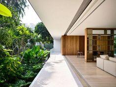 Dalles béton, bardage à claire voie et fenêtres en alu noir se rencontrent dans le design intérieur et extérieur