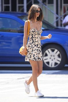 Dress with sneakers 96 of the Chicest White Sneaker Outfits I've Ever Laid Eyes On Emily Ratajkowski& sunny floral mini dress is the perfect summer outfit to wear with crisp white sneakers. Dress And Sneakers Outfit, Sneaker Outfits Women, Sneakers Fashion Outfits, Dress Outfits, Outfit With White Sneakers, Outfit Work, Dress And Converse, Overalls Outfit, Fashion Sandals
