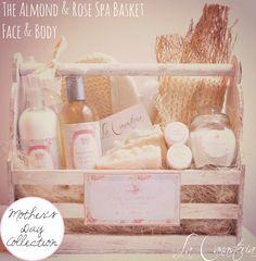 The Almond & Rose Spa Basket es una hermosa canasta de regalo con productos de spa deliciosos para consentir a mamá con una linda paleta de color con toques suaves de menta, rosa y turquesa en …