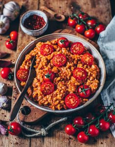 This creamy vegan tomato risotto is quick and easy to prepare and incredibly tasty! A perfect plant-based lunch or dinner. (gluten-free, vegan) More from my siteCreamy vegan tomato risotto – Bianca Zapatka Risoto Vegan, Risotto Cremeux, Clean Eating, Healthy Eating, Healthy Lunches, Vegetarian Recipes, Healthy Recipes, Quick Recipes, Free Recipes