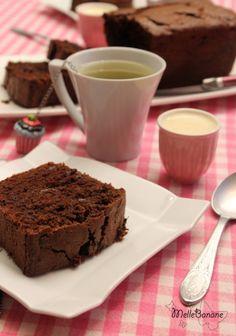 Il existe des recettes que je fais régulièrement et c'est le cas de ce cake au chocolat. Ce cake est déjà présent sur le blog depuis 2009 mais une sympathique mademoiselle récupérant la recette m'a gentiment dit que ma photo était à chier :D Je ne citerai...