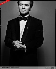 Evgeny Kissin, Russian piano virtuoso. What a gorgeous beauty shot. Best he's looked yet!