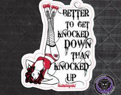Roller Derby autocollant. Préférable d'obtenir Knocked Down - rouge. Art par Lucy Dynamite de brebis galeuse Sk8