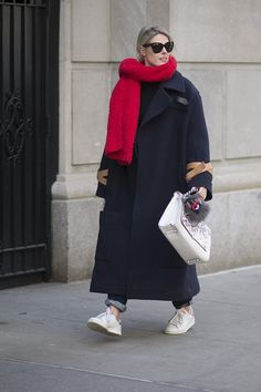 Pin for Later: Street Style bei der New York Fashion Week Tag 5 Street Style, Street Chic, Clothes For Women In 20's, Sneakers Fashion, Fashion Outfits, Fashion Scarves, Tennis Clothes, Winter Mode, How To Wear Scarves