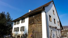 Bauernhaus mit Pferdeboxen: Das Haus hat viel Potenzial und ist eine einmalige Gelegenheit für Naturliebhaber, die sowohl die Nähe zur Stadt wie auch ihre eigene sonnige grüne Oase schätzen. Das Bauernhaus mit Stall wurde 1831 gebaut und ist in zwei Wohnungen aufgeteilt. Regensdorf, Diesldorf, Niederweningen, Schöfflisdorf, Bülach. http://www.lungland.ch