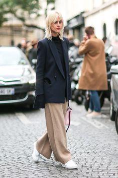 Die besten Streetstyles der Paris Fashion Week Frühling/Sommer 2017 #refinery29 http://www.refinery29.de/2016/10/125377/street-style-paris-fashion-week-ss17#slide-16 Linda Tol wir lieben deine braune Strickhose. Dazu trägt die Infleuncerin eine Louis Vuitton Tasche und Diadora Sneaker....