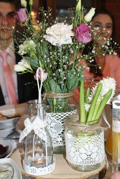 Plaster drewna brzozowego jako podstawka na weselnym stole.