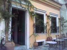 3. «Το Καφενείο», Πλάκα – Παραδοσιακό κτήριο του 1836, στέκι επιφανών Ελλήνων μέχρι σήμερα αλλά και αγαπημένο στέκι του Βρετανού σεφ Jamie Oliver.