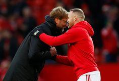 Manažér Liverpoolu Jürgen Klopp a Manchestru United Wayne Rooney pred zápasom