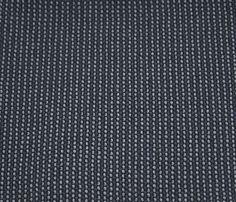 Mit dem Stoff (W 61 Q2) von Rohleder ist unser W.Schillig Sofa bezogen. Es heißt schwarz und besteht aber eigentl aus 3 Farben (schwarz, dunkelblau und hellgrau). Von Weitem sieht es wie ein sehr dunkles grau aus.