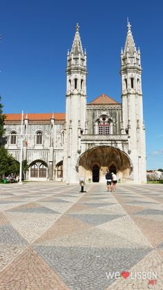 Once you get to Belém and face the monastery's long façade, you'll be overwhelmed not only by its enormous size, but also by the intricate stone carving detail. You'll immediately understand why this is one of the most impressive Portuguese historical sites. Stone turned into beauty!