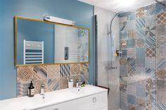 Bathroom with an italian shower and different tiles | Salle de bain avec une douche italienne et multi carrelage