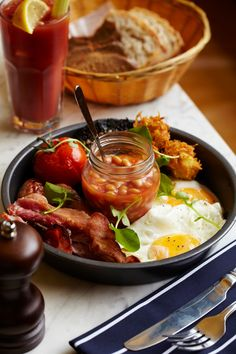 Rustic English Breakfast: bacon, eggs, grilled tomatoes, fried mushrooms, english muffin or toast, sausages, beans and tea.