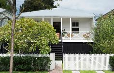 N_Love the fence & balustrade! Durham House — The Design Files Exterior Colors, Exterior Paint, Exterior Design, Paint Colors For Home, House Colors, Home Interior, Interior And Exterior, Brisbane, Front House Landscaping