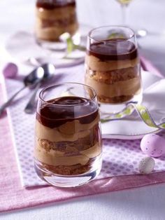 Das Rezept für Schokoladencreme mit Keksbröseln und Schokoladen-Karamell und weitere kostenlose Rezepte auf LECKER.de