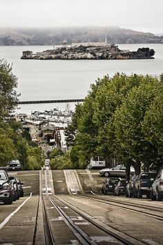 The tracks of the Hyde/Powell cable cars in San Francisco with Alcatraz Island. Baie De San Francisco, San Francisco California, Places To Travel, Places To See, Lac Tahoe, Travel Around The World, Around The Worlds, Ville New York, Equador