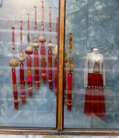 another great Anthropologie window display with yarn