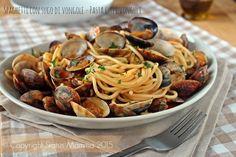 Spaghetti con sugo di vongole - Pasta culli vonguli primo piatto pugliese Puglia regionale semplice gustoso estate ricetta cucinare facile veloce .