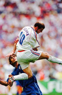 The legendary zidane and maldini Best Football Players, Football Is Life, Retro Football, World Football, Vintage Football, Soccer Players, Football Soccer, Famous Sports, Most Popular Sports