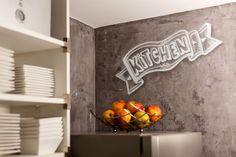 De keuken hoeft geen saaie witte ruimte te zijn. Geef de keuken een geheel eigen uitstraling met een of meer muurschilderingen.