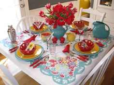 Love this table setting.  Vintage tablecloth and Fiesta!  Add some orange in there and it would totally match my kitchen!