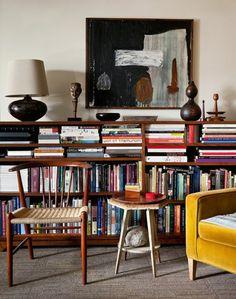 etagere bibliotheque, fauteuil jaune, chaise vintage et petite table