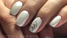 Fehér köröm design ezüsttel (geometria)