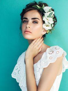 Ein alter Aberglaube besagt, dass es Glück bringt, wenn die Braut vor der Trauung entweder ein Lamm, eine Taube, eine Spinne oder eine schwarze Katze sieht.Das sind die schönsten Brautfrisuren