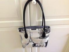 Nicht nur Audrey würde diese Tasche gefallen. 28 x 30 cm mit RV in pink zu grau gepunktetem Innenstoff.