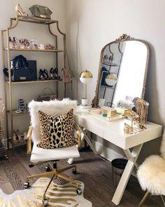 4 Tipps für die Organisation Ihrer Garderobe, New Orleans Bl… - Fashion Ideas Design Studio, Home Design, Interior Design, Glam Room, Room Ideas Bedroom, Gold Bedroom Decor, Closet Designs, Trendy Home, Beauty Room