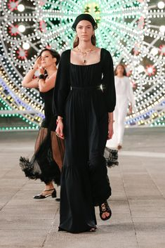 Dior Resort Cruise 2021 Fashion Show Review | The Impression Petite Fashion, 80s Fashion, Fashion Week, Korean Fashion, Fashion Brands, Fashion Show, Womens Fashion, Fashion Tips, Fashion Design