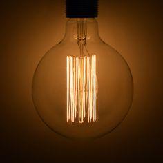 """Glödlampan """"Atelier"""" från danska Frama finns i Globe (Ø125 mm) och Drop (Ø65 x H12 mm) och är fullmatad med glödtrådar som ger en varm och stilfull effekt utan att bländas. Passar perfekt tillsammans med Framas E27 Textilsladd med sockel."""